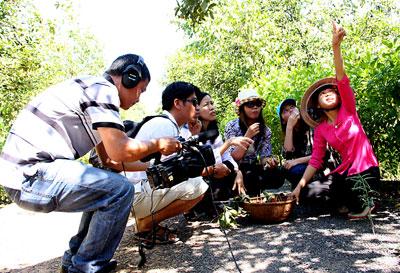 Phóng viên KTV tác nghiệp tại Khu du lịch sinh thái Nhân Tâm.