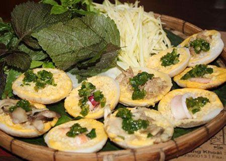 Bánh căn là món ăn bình dân được nhiều người ưa chuộng khi đến với Nha Trang.