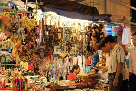 Du khách tham quan mua sắm tại chợ Đầm rất đông.