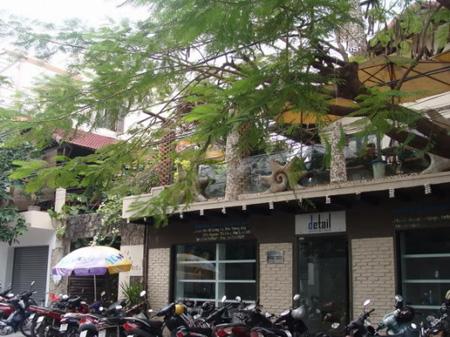 Cà phê Hòn Kiến Nha Trang thu hút du khách nhờ phong cách trẻ trung nhưng cũng không kém phần lãng mạn.