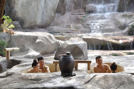 Dịch vụ tắm bùn khoáng ở đây rất phát triển thu hút nhiều khách du lịch.