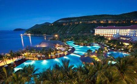Vinpearl Luxury Nha Trang lung linh vào ban đêm.