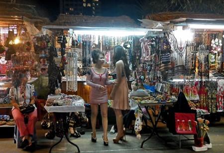 Khách du lịch mua sắm tại chợ đêm Nha Trang.