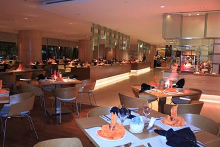 Nhà hàng của khách sạn Sheraton sang trọng và tinh tế.
