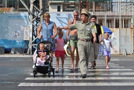 Lực lượng TNXK đang hướng dẫn khách du lịch qua đường.