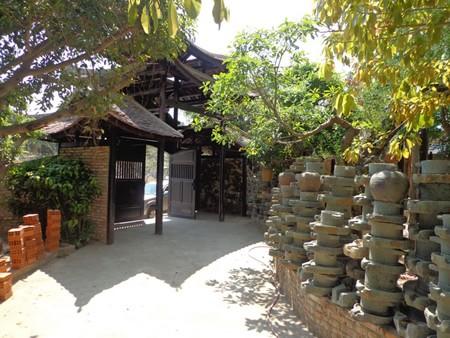 Những chiếc cối đá được xếp dọc các lối đi.