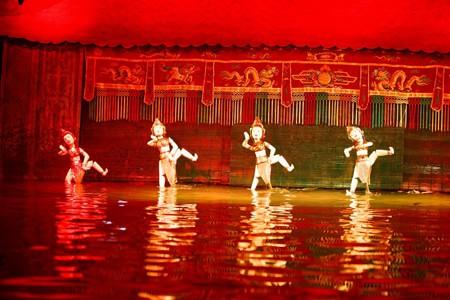 Điệu múa Chăm được tái hiện tại sân khấu múa rối nước ở Nha Trang.