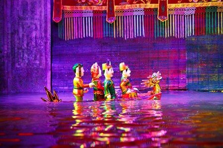 Sân khấu được đầu tư kĩ lưỡng với hệ thống âm thanh và ánh sáng hiện đại.