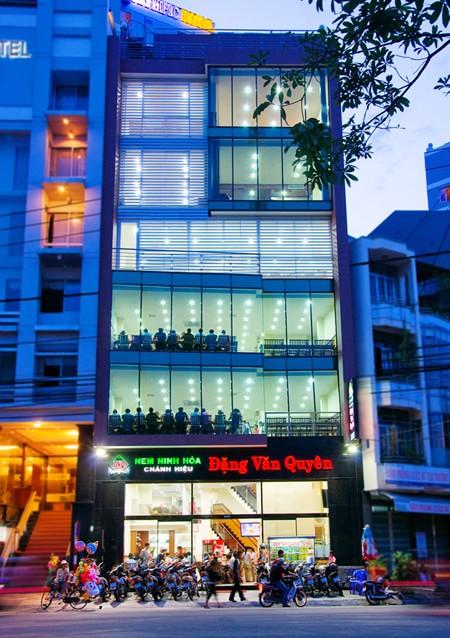 Quán nem Đặng Văn Quyên nổi tiếng nhất ở Nha Trang.