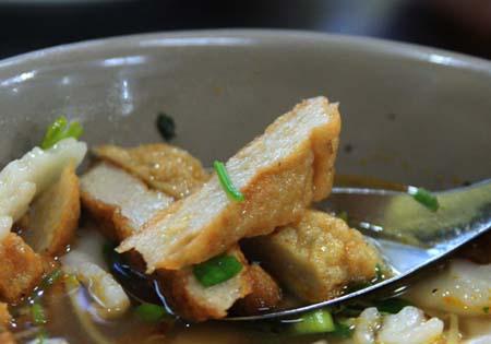 Bánh canh chả cá được làm từ cá nhồng tươi ngon.