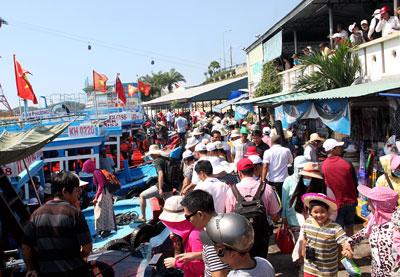 Bến tàu du lịch Cầu Đá luôn có lượng lớn khách đi tham quan biển, đảo Nha Trang.