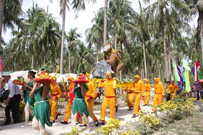 Lễ hội khỉ - một trong các hoạt động hưởng ứng Festival Biển của Công ty Cổ phần Du lịch Long Phú.