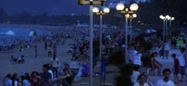 Du khách được tắm biển đêm miễn phí khi du lịch Nha Trang